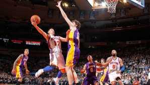 Lin uses the finger-roll agains Lakers Pau Gasol